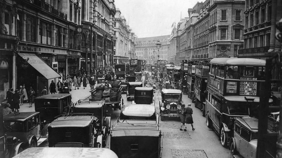 """Hustle and bustle"": Verkehr in London um 1930."