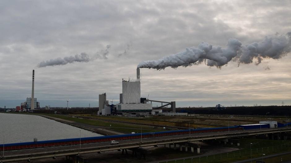 Ein Blick auf das Kohlekraftwerk des Betreibers Uniper am Jade-Weser-Port in Wilhelmshaven.