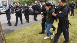 Demonstranten blockieren Einfahrt zu einer Abschiebehaftanstalt