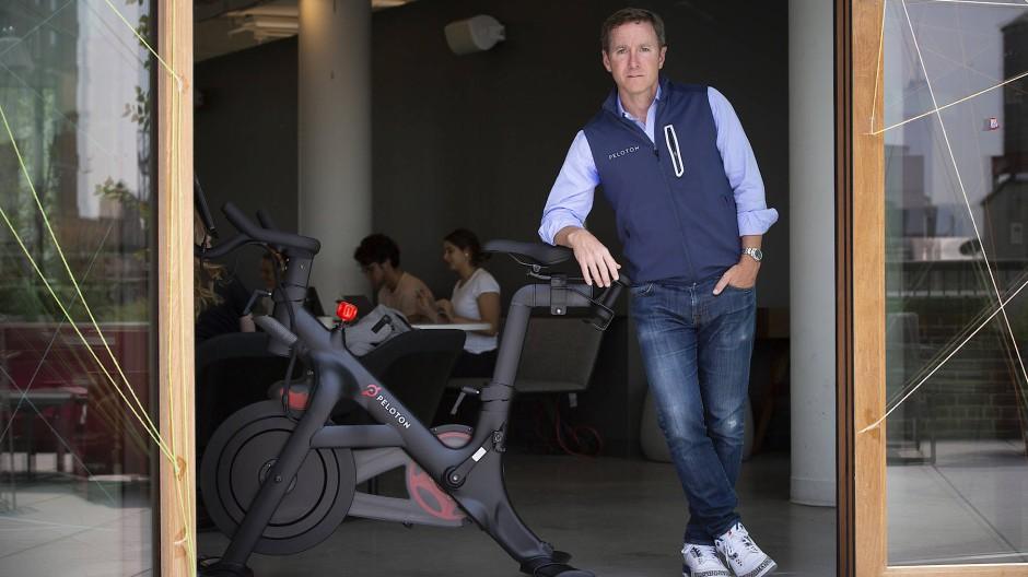 Gründer und Geschäftsführer von der Fitnessmarke Peloton vor dem New York Firmensitz: John Foley