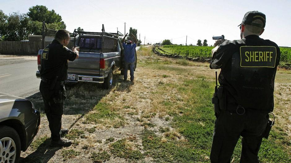 Polizisten nehmen in Kalifornien einen Drogenverdächtigen fest (Archivfoto).