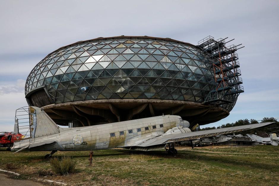 Das alte jugoslawische Passagierflugzeug vor dem Luftfahrtmuseum in Belgrad ist schon lange nicht mehr im Einsatz.