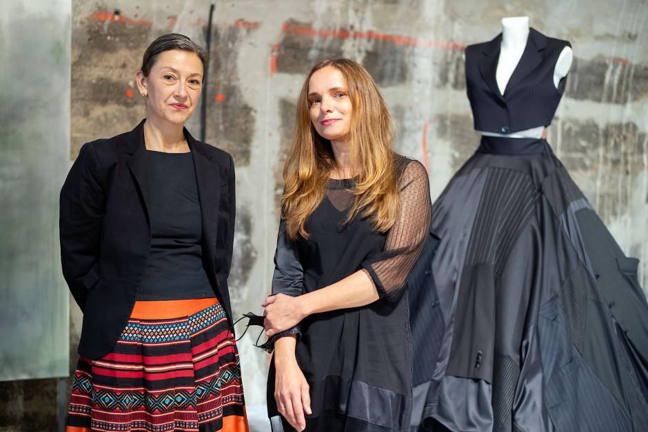 """Redakteurin Eva-Maria Magel (links) und Nina Hollein in der Ausstellung """"Palindrome"""" im Kunstverein Familie Montez in Frankfurt."""