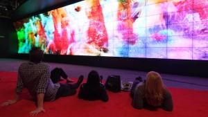 Die größte 3D-Videowand der Welt, gebaut vom südkoreanischen Elektronikkonzern LG, lockt die Besucher der Consumer Electronics Show mit einem gewölbten Bildschirm.