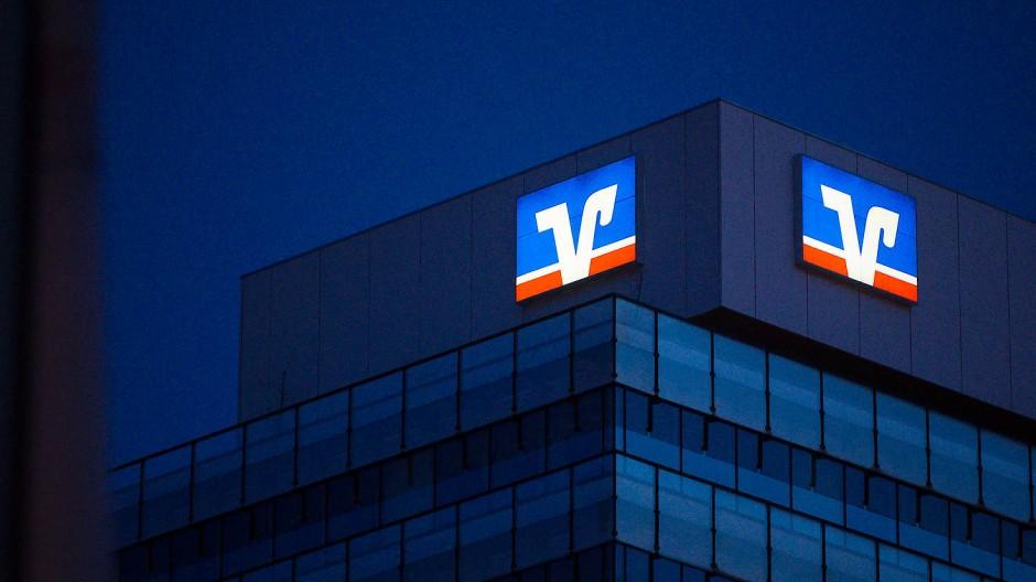Das Logo der Volksbank auf einem Gebäude in der Stuttgarter Innenstadt