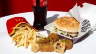 Schluss mit Burger, Pommes und Co? Junk-Food beeinflusst nicht nur die Körpermitte, sondern auch das Gehirn.