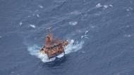 """Auf dem Weg in die somalische Hauptstadt überfliegt die """"Orion"""" auch das Wrack des entführten Containerschiffs """"Albedo""""."""