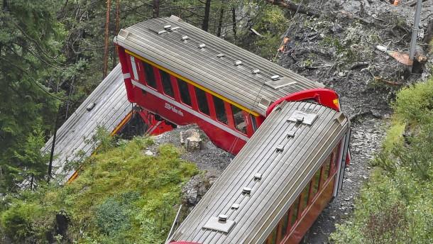 Zug hängt über Alpenschlucht