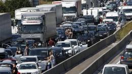 Fahrer wenden auf Autobahn und fahren zurück