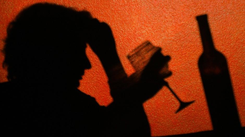 Im Homeoffice kann der Alkoholkonsum heimlich ausgelebt werden – mit fatalen Folgen für die Leistungsfähigkeit.