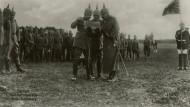 Zu Beginn des vierten Kriegsjahres bleibt die deutsche Niederlage absehbar. Der Kaiser (r.) gibt sich aber weiter kämpferisch, wie hier bei einem Frontbesuch.