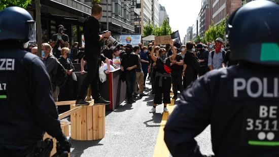 Tausende demonstrieren gegen Corona-Maßnahmen