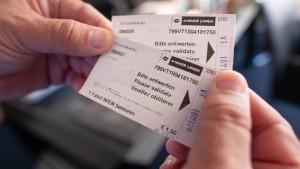 Fahrten mit Bus und Bahn für 365 Euro im Jahr