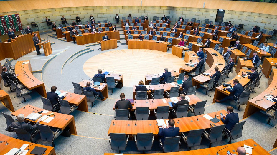Im Düsseldorfer Landtag wird über ein Notstands-Gesetz beraten. Für Bürger wird es immer schwieriger, den Überblick in den verschiedenen Rechtsakten zu behalten.