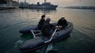 In russischer Hand: Ukrainische Marinesoldaten gehen im Hafen Sewastopol von Bord ihres Schiffes
