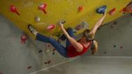 Bouldern, da kommt es nicht auf die Höhe an: Der Boden unter dem Überhang ist eine dicke Matte.