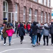 Die Ansteckungsgefahr lauert im Klassenzimmer und auf dem Schulhof: Wann darf der Staat die Schulen wieder öffnen?