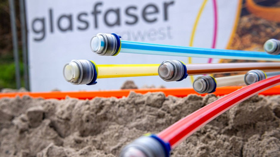 Glasfaserkabel liegen auf einer Baustelle.im niedersächsischen Leer.