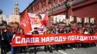 """""""Ruhm dem siegreichen Volk"""": Unterstützer der Kommunistischen Partei am 9. Mai, dem Tag des Sieges, in Moskau"""