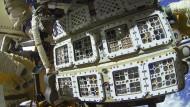 """Paletten mit Organismen für das Experiment """"Biomex"""" auf der Außenplattform der Weltraumstation ISS"""