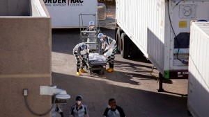 Häftlinge transportieren die Covid-Opfer