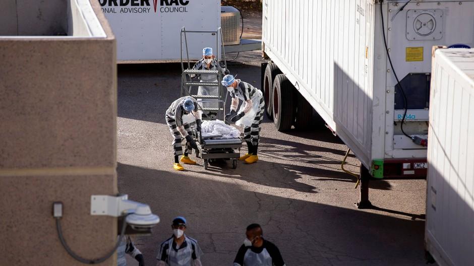 Verstorbene Corona-Patienten müssen in Kühlwagen gelagert werden. Häftlinge aus El Paso helfen freiwillig beim Transport.