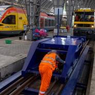 In Frankfurt hat ein Regionalexpress bei der Einfahrt in den Hauptbahnhof einen Prellbock gerammt.