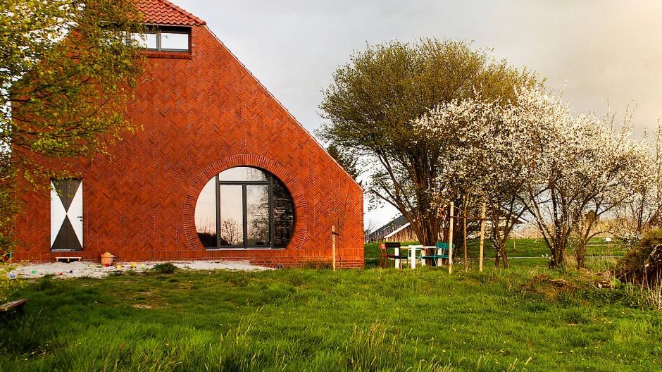 Regionaltypisch und doch verfremdet: Einfamilienhaus in Ostfriesland nach einem Entwurf von Architekt Thomas Kröger.
