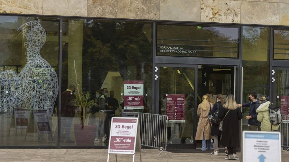 Zutritt nur mit Doppel-Pass: Wer das Hörsaalgebäude der Uni Frankfurt betreten will, muss einen 3-G-Nachweis und eine Zutrittsberechtigung vorzeigen können.