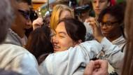 Große Freude: Bivsi wird von Mitschülern am Mittwochmorgen in Düsseldorf empfangen.