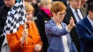 Annegret Kramp-Karrenbauer neben Bundeskanzlerin Angela Merkel bei einer Wahlkampfveranstaltung in St. Wendel im März 2017