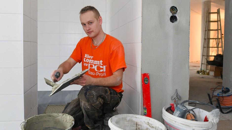 Krisengewinner: Als Trost für den ausgefallenen Urlaub gönnen sich viele ein neues Bad. Fliesenleger in Hessen haben gut zu tun (Symbolbild).