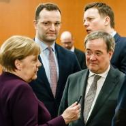 Merkel, Spahn, Laschet (vorne), der saarländische Ministerpräsident Tobias Hans (hinten) und Söder am 12. März