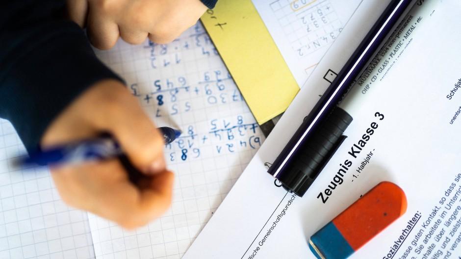 Mitten im coronabedingten Distanzunterricht erhalten 2,5 Millionen Schüler in Nordrhein-Westfalen ihre Halbjahreszeugnisse. (Symbolbild)