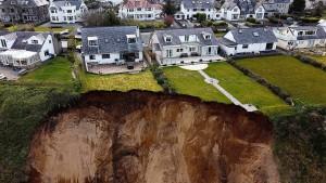 Erdrutsch bedroht Wohnhäuser
