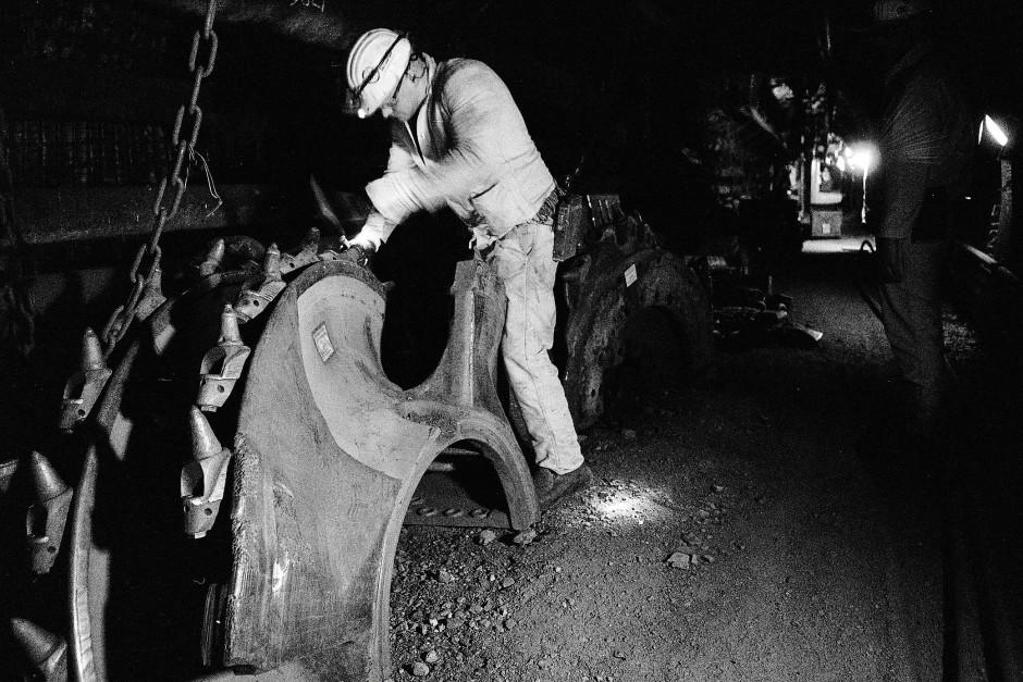 Das Walzenrad, das in Schacht 10 einst Steinkohle abgetragen hat, wird demontiert.