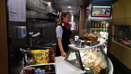 Verlockendes Angebot: Die Deutsche Bahn wirbt mit einem vielseitigen Speiseangebot auf Zugfahrten.