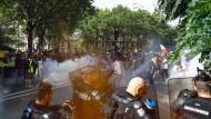 Angehörige der Gendarmerie setzen Tränengas während einer Demonstration in Paris am 24. Juli ein.