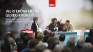 """""""Wenn die SPD weg ist, haben wir überhaupt nichts mehr"""": Die Putzfrau und Gewerkschafterin Susanne Neumann im Gespräch mit Parteichef Sigmar Gabriel"""