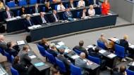 Stand den Abgeordneten Rede und Antwort: Bundeskanzlerin Angela Merkel (CDU).