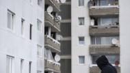 Gewalt im Schatten der grauen Hochhäuser: Das Dietzenbacher Spessartviertel ist in der Vergangenheit als Problemviertel aufgefallen.