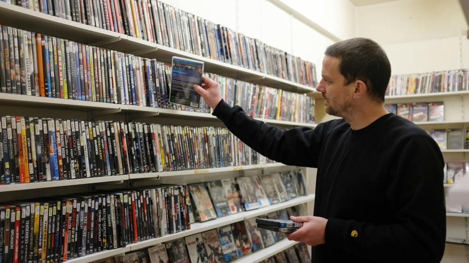 Verstaubt aber nicht vergessen: In Deutschlands ältester Videothek finden sich so manche Filmklassiker.