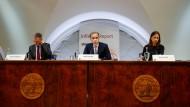 Helfer in der Not: Britischer Notenbankchef Mark Carney (Mitte)