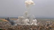 Die syrische Regierung fliegt wieder Luftangriffe auf Rebellenhochburgen. Das Foto zeigt die Rauchwolken nach einem Angriff auf die die Stadt Chan Schaichun im Mai.