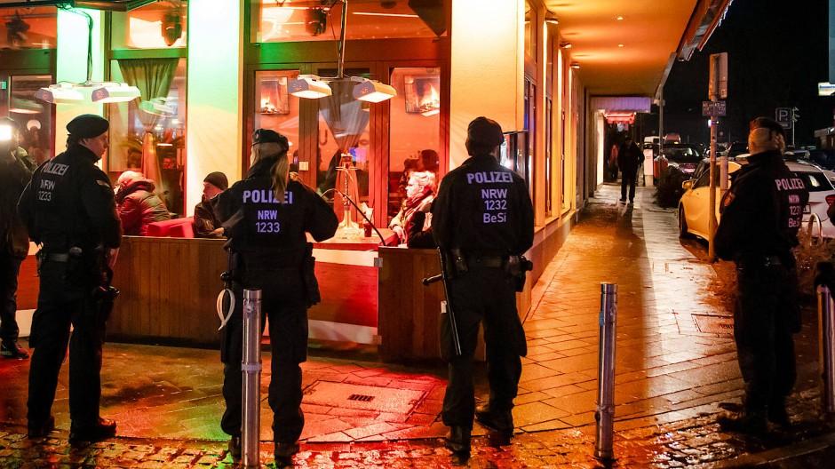 Vermehrt Ermittlungserfolge: Polizisten während einer Razzia in Bochum