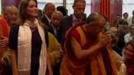 Dalai Lama trifft Carla Bruni
