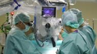 Millimeterarbeit: Mit Hilfe der Neurostimulation können Ärzte selbst stark eingewachsene Tumore entfernen.