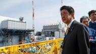 Japans Premierminister Shinzo Abe besuchte am Sonntag das Atomkraftwerk in Fukushima.