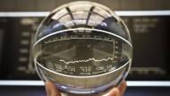 Glaskugel der Analysten: Warum sind Dax-Prognosen so schwierig?