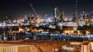 Der Hafen von Genua bei Nacht